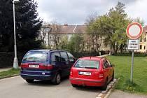 Nesmyslné dopravní značení v Hradci Králové.