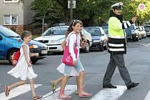 """Policisté dohlíželi 1. září v Hradci Králové na bezpečnost na přechodech u škol. Akce se jmenuje """" Zebra se za tebe nerozhlédne""""."""