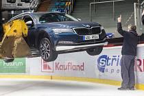 Příprava zimního stadionu v Hradci Králové na finále hokejové Ligy mistrů.
