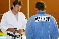 Vlevo trenér juda Pavel Petřikov starší (v tomto případě se synem Pavlem).