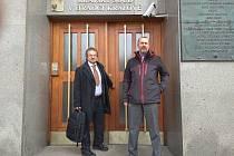 Filip Smoljak (vlevo) a Michal Šalomoun odcházejí od hradeckého soudu.