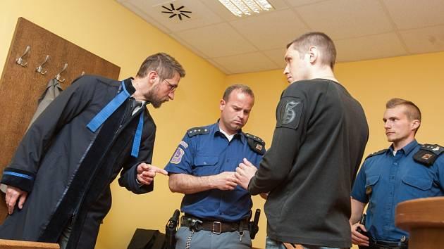 Andris Mikelsons u Krajského soudu v Hradci Králové.