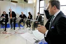 Přímý televizní přenos pořadu Otázky Václava Moravce se konal 13.února v Jiráskově divadle v Novém Bydžově. Hosty diskuze byli Radek John, Jeroným Tejc, Pavel Louda, Martin Šimáček a Drahomíra Miklošová.