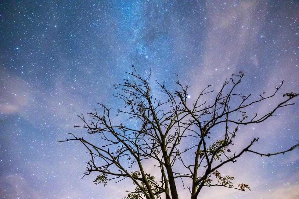 Noční obloha a padající hvězdy - tzv. perseidy.