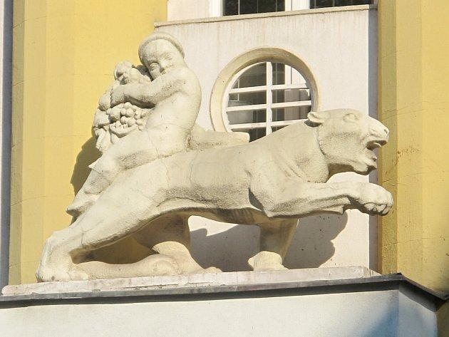 Lví socha na domě č.p. 556na tř. ČSA vHradci Králové.