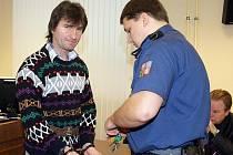 Sebevědomě a s kupou argumentů vystupoval 6. prosince u krajského soudu v Hradci Králové třiačtyřicetiletý Ondřej Chylka z Rychnovska za pohlavní zneužití třináctileté dívky.