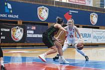 BOJOVNICE. Lvice Simona Fišerová (v bílém) ve třetím semifinále proti brněnským Žabinám.