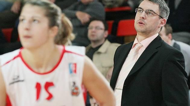 Trenér královéhradeckých basketbalistek Miroslav Volejník (vpravo).