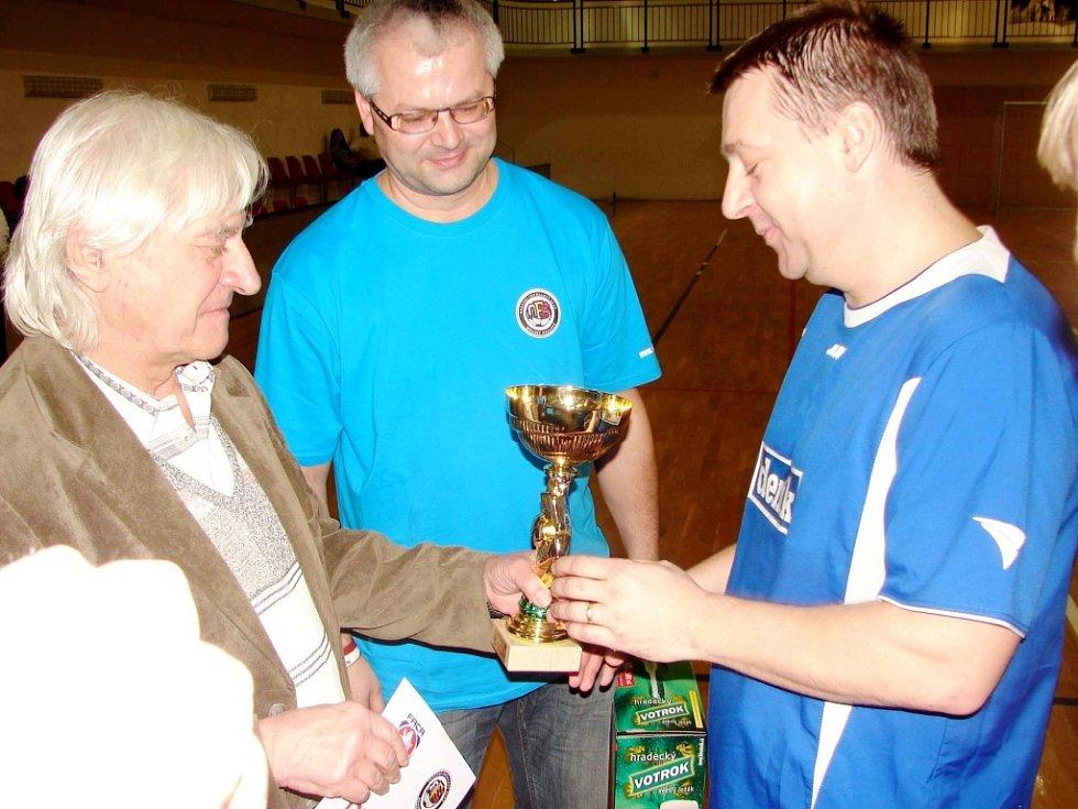 Pavel Král přebírá trofej pro vítěze od Ladislava Škorpila, přihlíží Martin Zbořil.