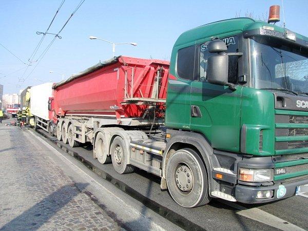 Nehoda tří kamionů vSokolské ulici na silničním okruhu vHradci Králové.