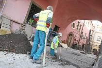 Nové nálezy by rekonstrukci domu U Špuláků za 40 milionů neměly prodražit. Svatby se do objektu vrátí na jaře 2011.