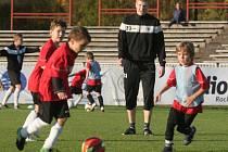 """Druholigoví """"votroci"""" s fotbalisty z nejmladších kategorií FC Hradec Králové."""