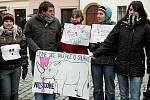Téměř padesát lidí se sešlo 16. prosince na Malém náměstí v centru Hradce Králové na demonstraci proti transportu čtyř kusů velmi vzácných severních bílých nosorožců ze zoologické zahrady ve Dvoře Králové nad Labem do rezervace v Keni.