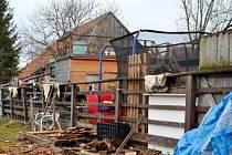 Dům chovatele před časem poničil oheň. Podle některých sousedů chovem prasat obtěžuje okolí, jiní problém nevidí.