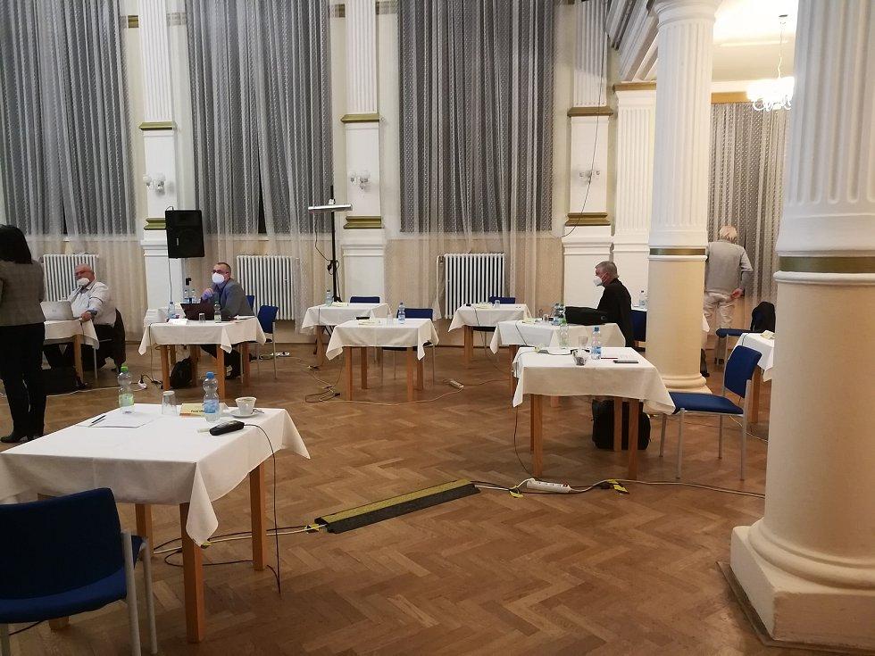 Poloprázdný sál po demonstrativním odchodu třinácti zastupitelů.