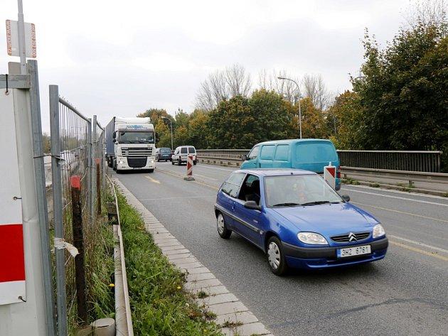 Dopravní situace na Orlickém mostě na silničním Gočárově okruhu v Hradci Králové.