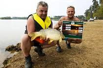Rybářská soutěž s názvem Top Secret Carp Cup u jezera Štít.