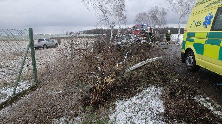 Tragická havárie osobního automobilu u Lužce nad Cidlinou.