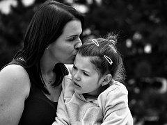 V Hradci Králové se představuje výstava fotografií děvčat s vzácným Rettovým syndromem.