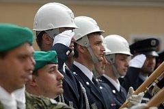 Předávání ocenění ve sváteční Den vítězství na královéhradeckém Pivovarském náměstí.