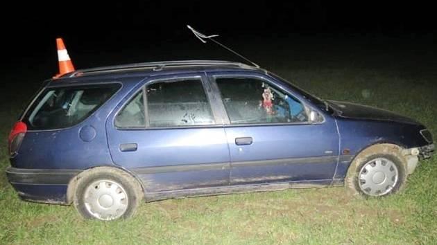 Havárie osobního automobilu na silnici II. třídy č. 327 ve směru na Nový Bydžov.