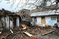 Bouře utrhla na jednom z domů v ulici Pod Zámečkem v Hradci Králové střechu, která spadla na přilehlý rodinný dům.