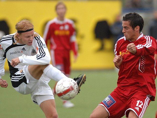 Hradecký David Přibyl (vlevo) a Sofiane Cherbi fotbalovém utkání 3. kola Poháru ČMFS FK Slavoj Vyšehrad vs. FC Hradec Králové v Praze.