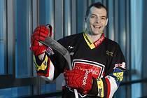 Hokejista Jaroslav Kudrna v dresu Mountfieldu HK na zimním stadionu v Hradci Králové.