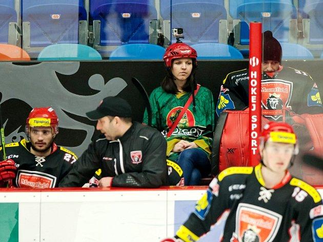 Kateřina Klebanová zPostupic (okres Benešov) - fanynka na střídačce hokejistů Mountfieldu HK během extraligového utkání.