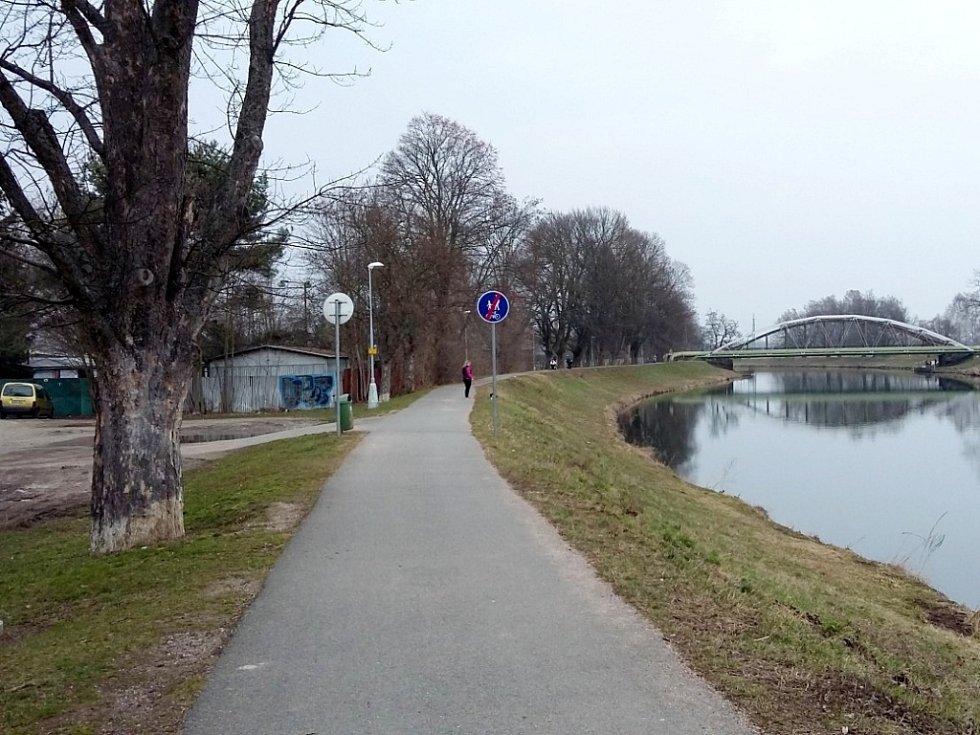 Nová dopravní značka ukončuje stezku v blízkosti sběrného dvora v ulici Říční.