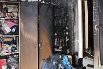 Hasiči evakuovali lidi z hořícího domu po žebříku.