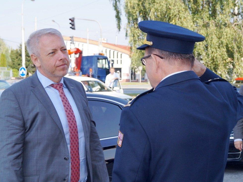 Premiér Bohuslav Sobotka a ministr vnitra Milan Chovanec na návštěvě u hasičů v Hradci Králové.