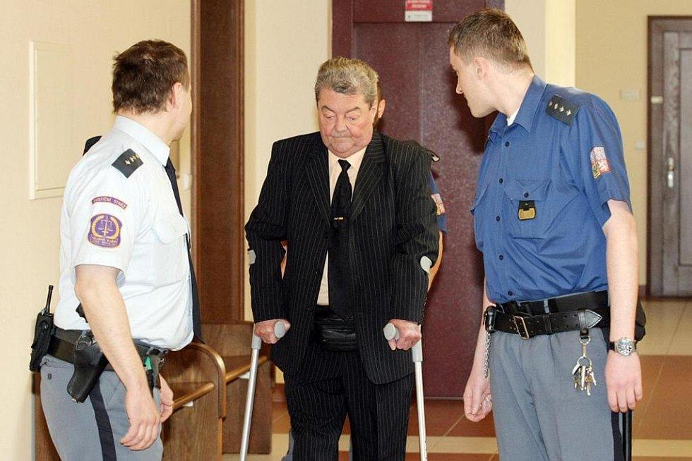 Karel Ledvina čelí obžalobě z trestného činu loupeže. Z čerpací stanice měl ukrást více než 190 tisíc.