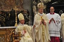 Nový královéhradecký biskup Jan Vokál (vlevo) při slavnostním svěcení v sobotu ve Vatikánu.