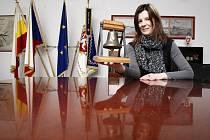 Miniaturní zvon Augustin vytvořený Janem Šedou z Kostelce nad Orlicí jako dar pro prezidenta Miloše Zemana v rukou Magdalény Vlčkové, tiskové mluvčí hradeckého magistrátu.