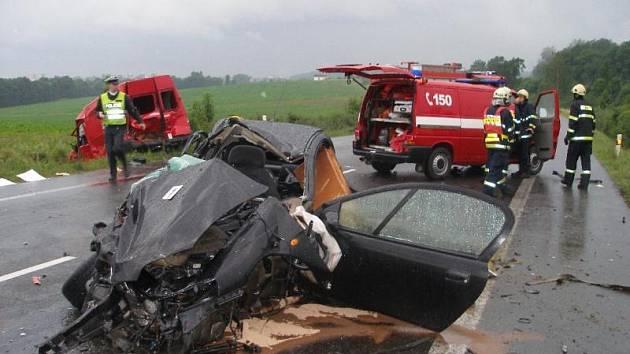 Dopravní nehoda na silnici 33 u obce Kleny, tři zranění, jeden mrtvý