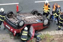 Havárie osobního automobilu na královéhradeckém silničním okruhu.