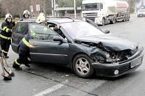 Dopravní nehoda dvou osobních automobilů na křižovatce ulic Buzulucká, Okružní a Pilnáčkova v Hradci Králové.