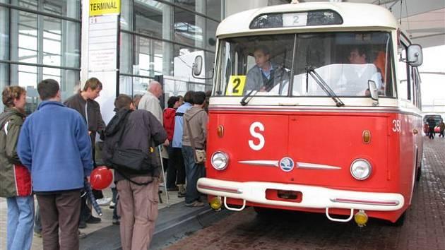 Historický trolejbus v ulicích Hradce Králové.