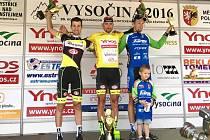 STUPNĚ VÍTĚZŮ. V domácím závodě Vysočina 2016 zvítězil Tomáš Bucháček ze stáje Whirlpool Author (uprostřed) a na druhém místě skončil jeho týmový parťák Martin Hunal (vlevo).