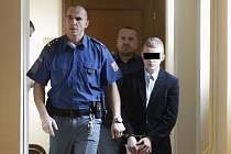 Mladík obžalovaný ze znásilnění a z pokusu o vraždu u Krajského soudu v Hradci Králové.