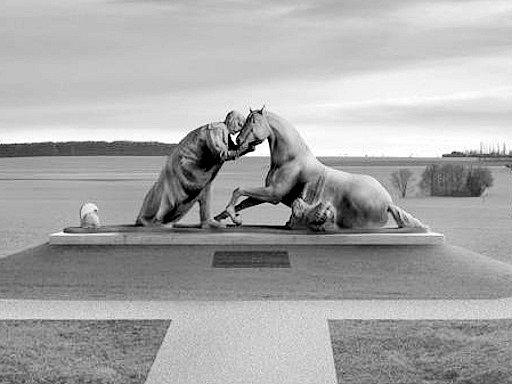 Pomník jezdecké srážky uStřezetic podle modelu akademického sochaře Petra Nováka se plánuje slavnostně odhalit už 1.července příštího roku.