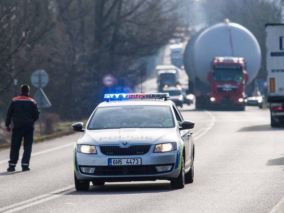 Průjezd nadměrného nákladu Královéhradeckem.