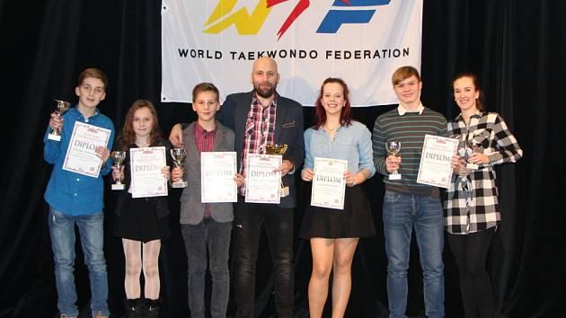 Závodníci Sokola Hradec Králové - zleva: Patrik Fibiger, Veronika Medáčková, Adam Jochman, Karel Nosek (hlavní trenér), Tereza Fabiánová, David Klouček, Veronika Čáslavská.