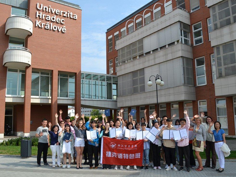 Čínští studenti si převzali certifikát znalosti českého jazyka.