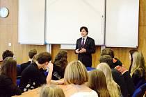 Americký velvyslanec Andrew Schapiro mezi studenty královéhradeckého Gymnázia Boženy Němcové.
