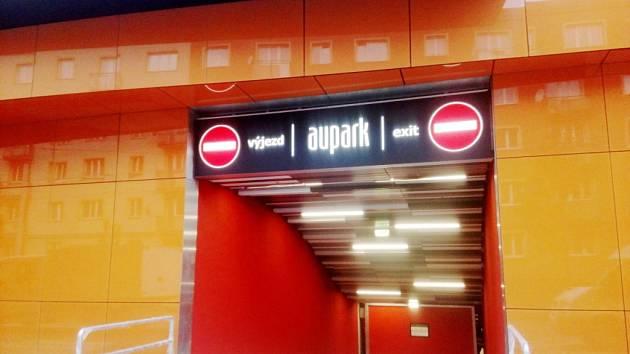 Výjezd z podzemních garáží obchodního centra Aupark v Hradci Králové.