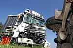 Dopravní nehoda dvou kamionů, autobusu a osobního vozidla na výpadovce z Hradce Králové do Jaroměře.