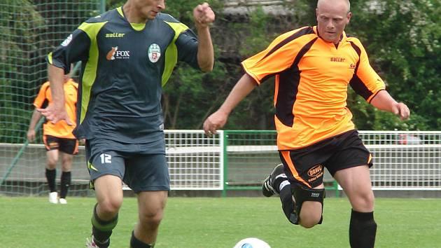Fotbal, krajský přebor: Olympia (v tmavém) vs. Lhota pod Libčany