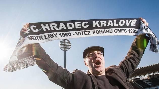 František Řehounek se šálou na královéhradeckém fotbalovém stadionu.